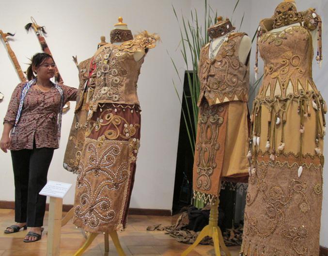 baju kulit kayu dayak hadir dalam pameran karya seni nasional di jcc